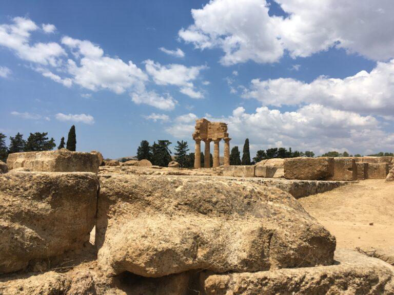 Agrigento, tra templi antichi e mare